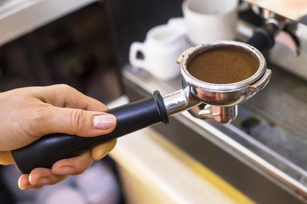 エスプレッソ用の挽いたコーヒー付きのコーヒーメーカーのホルダー