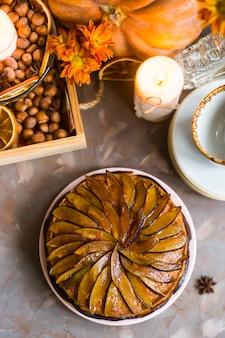秋の装飾の間でスライスされた梅で飾られた梅ケーキ