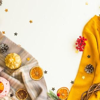 冬のセーター、スカーフ、白い背景の上の装飾