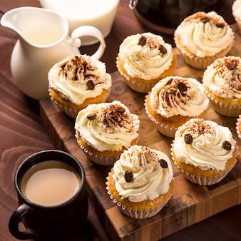 ココアパウダーとコーヒーの穀物で飾られたティラミスカップケーキ