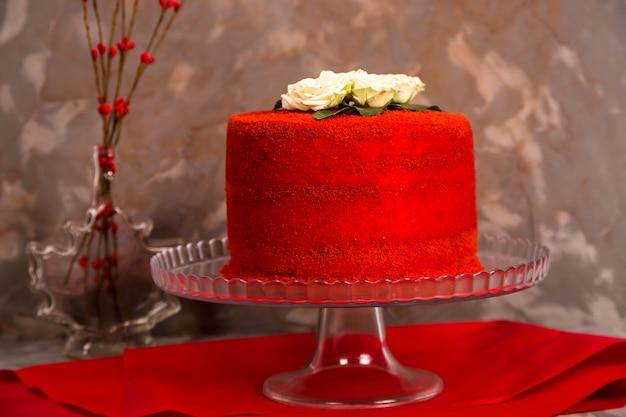Красивый красный бархатный торт на день рождения украшен белыми розами