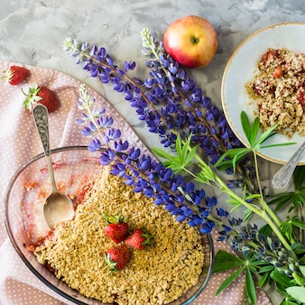 リンゴとオートミールとイチゴのカニ。健康的なおいしい春の朝食