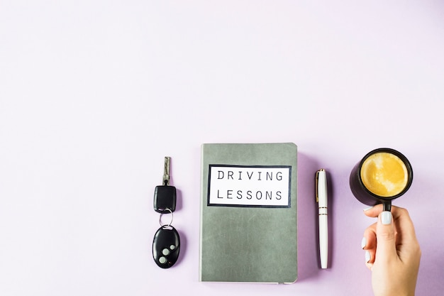 運転免許を取得するためのレッスンを運転し、道路のルールを研究するためのトレーニングノート
