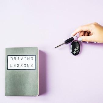 女性の手が車のキーを握る