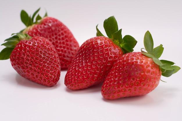 白い背景と新鮮なイチゴの写真を閉じる