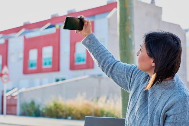 スマートフォンで話していると、スマートフォンでメッセージを入力する若い女の子