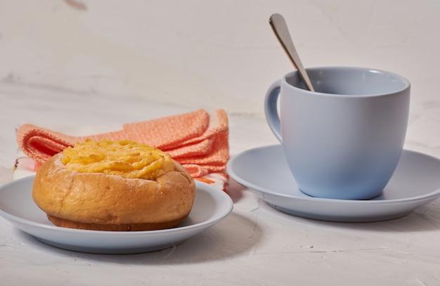 ココナッツクリームのパンと朝食します。