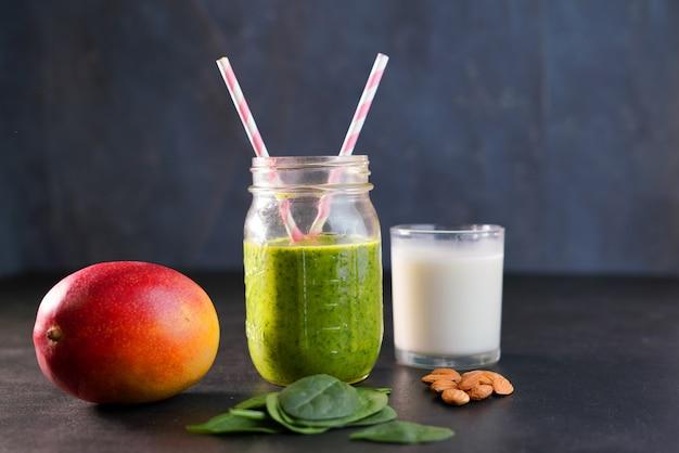 健康的なグリーンリーチビタミンスムージー、ベビーリーフほうれん草、マンゴー、アーモンドミルク、ストロベリー