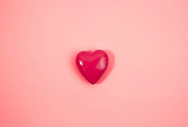 ピンクの背景に大きなピンクのハート。愛の概念
