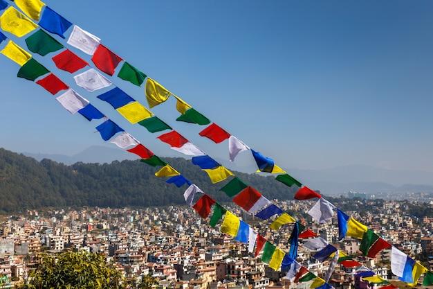ネパール、カトマンズ渓谷の背景に仏教の祈りのフラグ