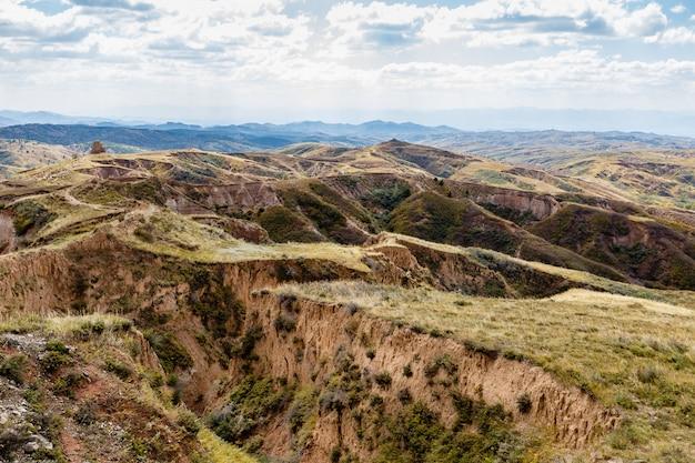 中国の山岳地帯の砂と砂利の丘と渓谷。