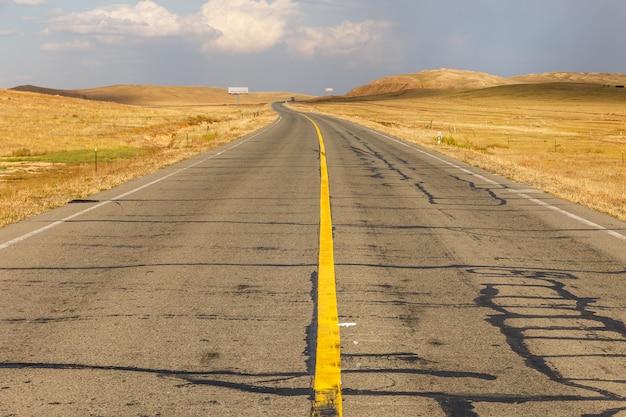 アスファルトの道路、内モンゴルに黄色の連続ストリップ