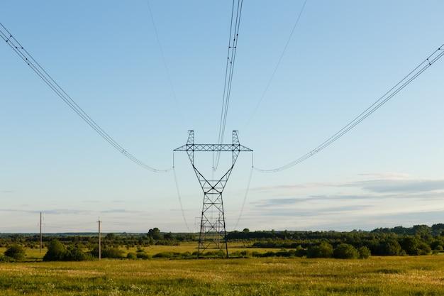 現場での高圧送電線のサポート