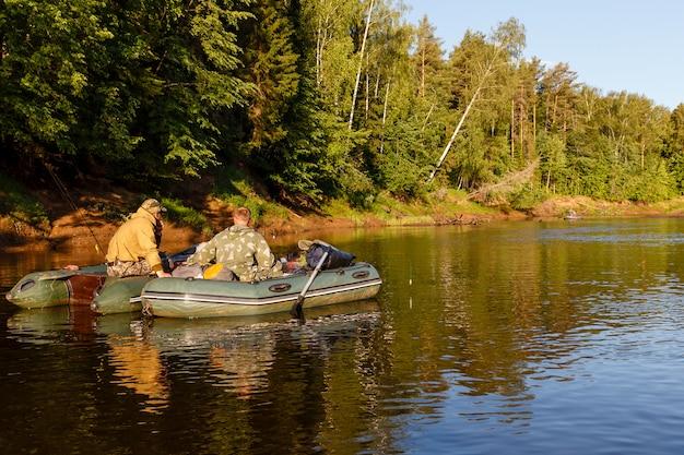漁師はゴム製のボートで魚を捕まえる