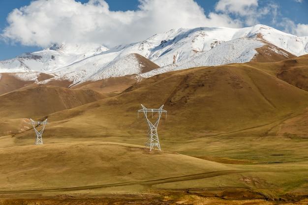 山の中の高圧送電線のパイロン