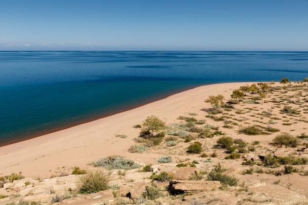 Озеро иссык-куль, пустой песчаный пляж на южном берегу озера, кыргызстан