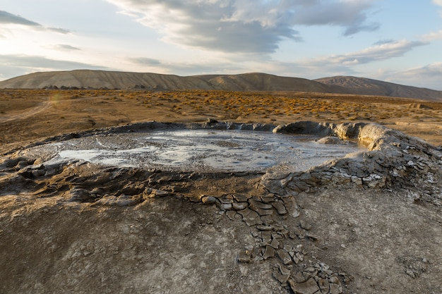 Грязевые вулканы гобустана близ баку, азербайджан