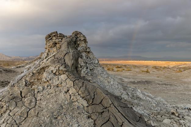 アゼルバイジャン、バクー近くのゴブスタンの泥火山