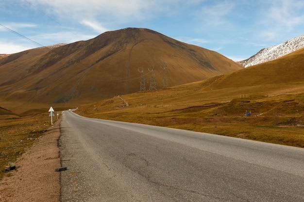アスファルト道路、ビシュケク-オシュ高速道路、タラス地区キルギスタン