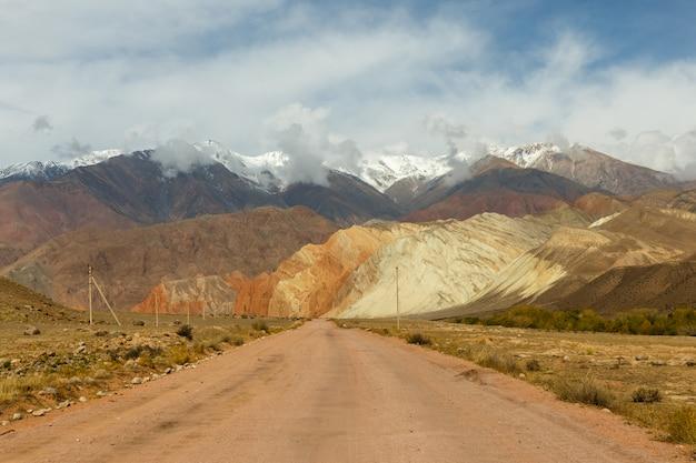 山道、ジャンガル地区、キルギスタンの山の風景