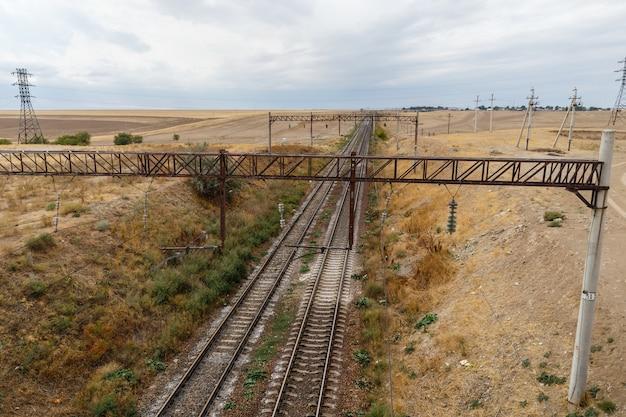 Железная дорога в степях казахстана, вид на рельсы с моста