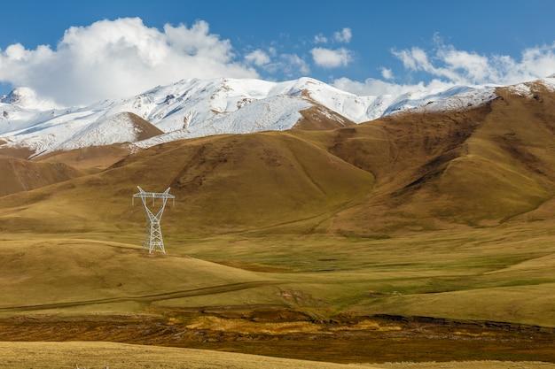 キルギスタンの山の高電圧送電線