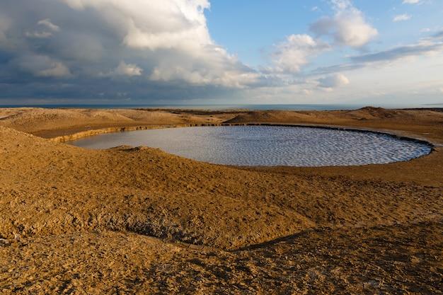 Водное озеро, грязевые вулканы гобустана близ баку, азербайджан.