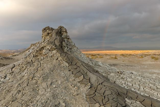 アゼルバイジャンのバクー近くのゴブスタンの泥火山の谷の泥山。
