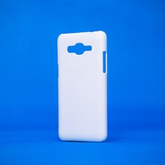 鮮やかな青い背景上のモバイルケース。