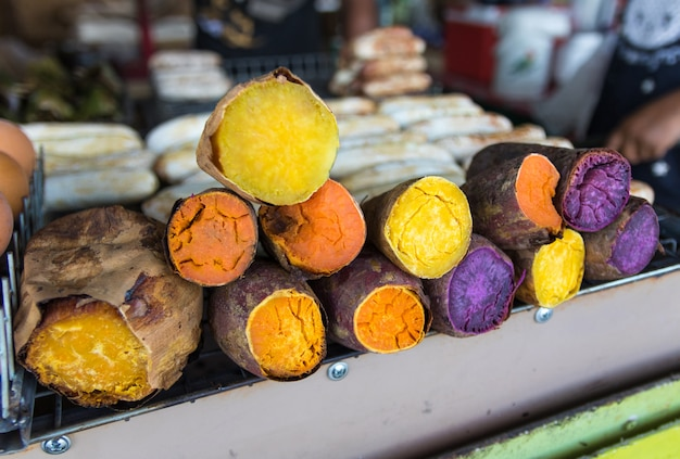 Сладкие картофели половинной части красочные на новом рынке.