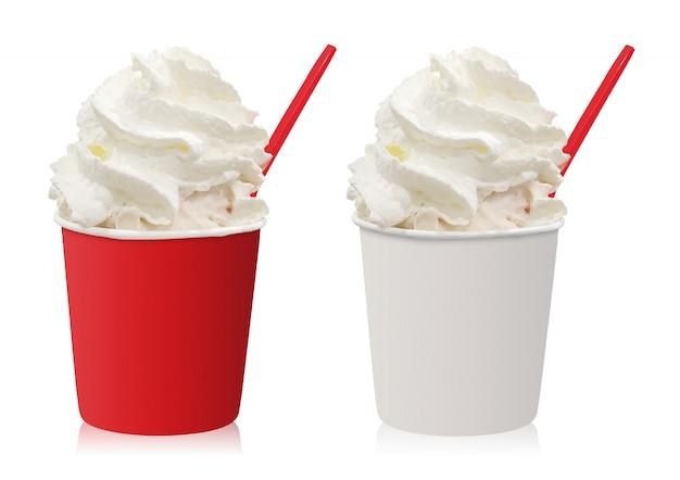 白い背景で隔離のホイップクリームとアイスクリームカップ。