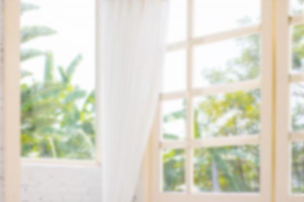 朝の白いカーテンと多重窓の背景。