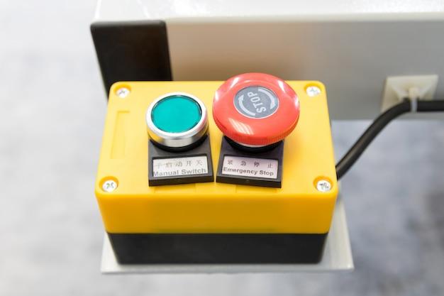 産業工場で作業を開始および停止するための機械制御盤。