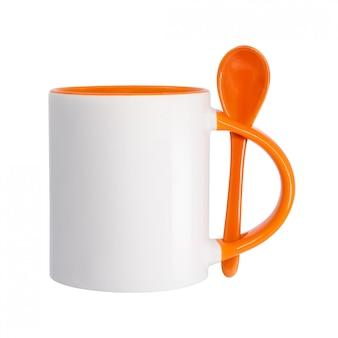 セラミックマグカップと白い背景で隔離のスプーン。