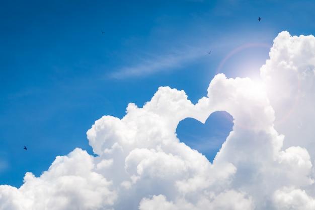 Красивое небо с любовью фоном. счастливая концепция и стиль свободы.
