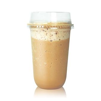 白で隔離されるプラスチック製のコップのチョコレートラテコーヒー。