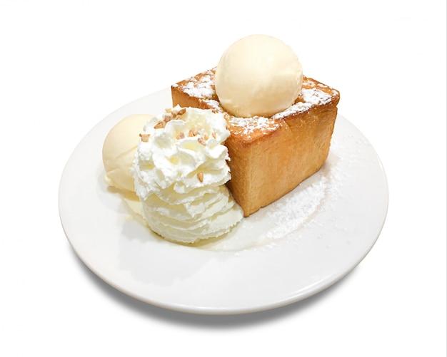 分離されたプレートとおいしい蜂蜜トースト。デザートとアイスクリーム(クリッピングパス)
