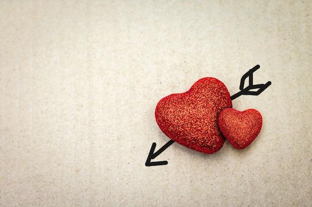 段ボールにキューピッドの矢印の付いた赤いハート。バレンタイン