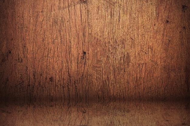 木製の棚から作られた空白のビンテージスタジオ。