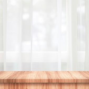 木製テーブルトップのカーテンと窓の空