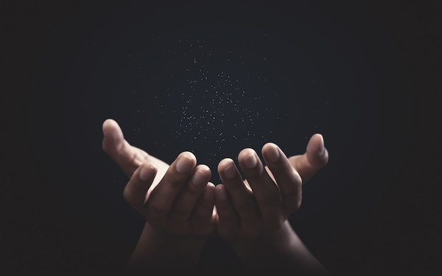 神への信仰と信仰を信じて手を祈る。希望と献身の力。