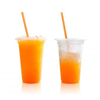 Апельсиновый сок в пластиковом стакане на белом фоне