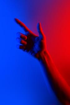 カラフルな青赤のコントラストのネオンの光の手。
