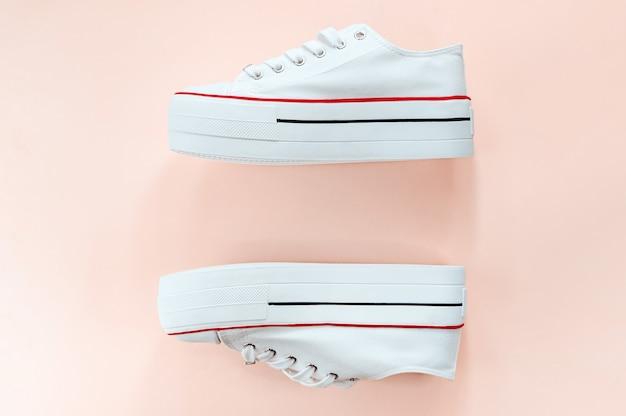 Белые модные белые кроссовки на сливочном персик