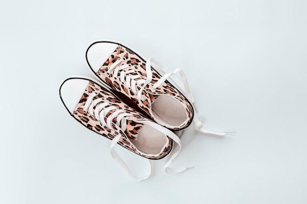 Модные белые кроссовки с принтом животных на светло-сером