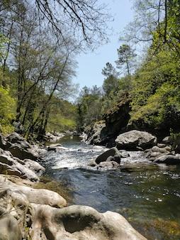 グレドス山脈のスペインの山の中でアレナス川。漁師の進路を決めるときに見ることができます。