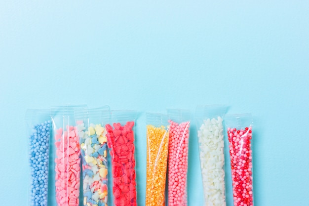 カラフルな砂糖を振りかける