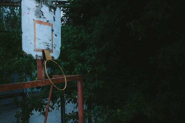 リング付きの古いバスケットボールコート