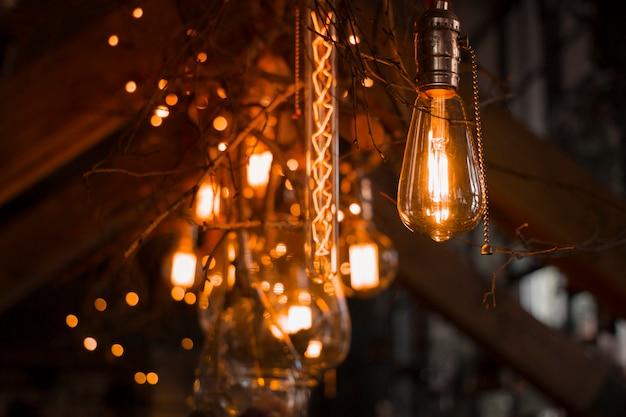 Декоративное освещение старинными лампами.
