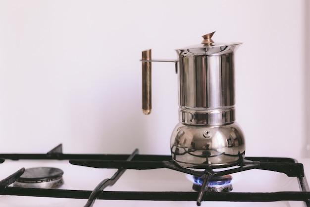 金属間欠泉のコーヒーマシンはガスストーブの上に立ちます。自宅でコーヒーを作る